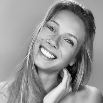 Imagen etiquetada con: Amandine Petit, Black and White, Blonde, Celebrity - Star, Face, Miss France 2021, Safe for work, Smiling