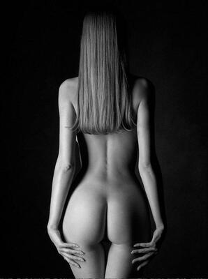 Imagen etiquetada con: Black and White, Brunette, Ass - Butt