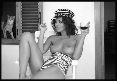 Imagen etiquetada con: Black and White, Brunette, Boobs, Cat, Wine