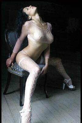 Imagen etiquetada con: Brunette, Boobs, Fish Net, Tummy