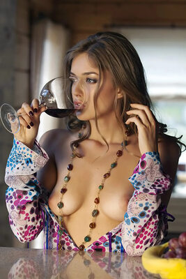 Imagen etiquetada con: Brunette, Boobs, Wine