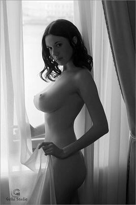 Imagen etiquetada con: Black and White, Brunette, Busty, Boobs