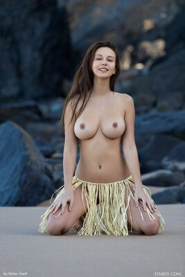 Imagen etiquetada con: Brunette, Femjoy, Beach, Boobs
