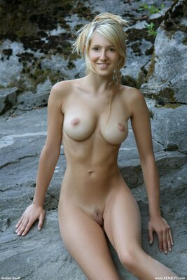 Imagen etiquetada con: Blonde, Busty, Corinna, Femjoy, On the Rocks