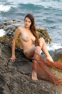 Imagen etiquetada con: Brunette, Busty, Capture Me, MET Art, Sofi A, Boobs, Nature