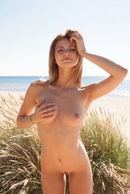 Imagen etiquetada con: Skinny, Blonde, MET Art, Patritcy A, Yalline, Beach, Boobs, Cute, Nature, Smiling, Tummy