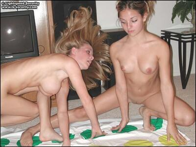 Imagen etiquetada con: Skinny, 2 girls, Boobs, Twister