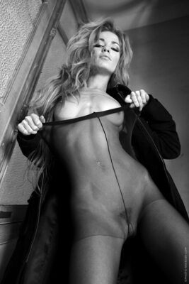 Imagen etiquetada con: Skinny, Black and White, Blonde, Kristyna Hruskova, Flat chested, Small Tits