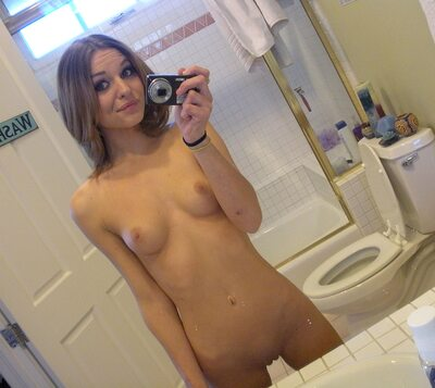 Imagen etiquetada con: Skinny, Brunette, Kasey Chase, Selfie, Small Tits, Tummy